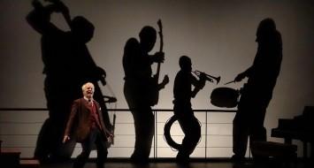 le 3/11/2014Célestins Théâtre de LyonDu 31 octobre au 9 novembre2014NovecentoDe : Alessandro Baricco | Mise en scène : André Dussollier, Pierre-François LimboschAvec André Dussollier Adaptation - André Dussollier, Gérald Sibleyras / Musicien(s) - Elio Di Tanna (pianiste), Sylvain Gontard (trompette), Michel Bocchi (batterie/percussions), Olivier Andres (contrebasse) / Direction musicale - Christophe Cravero / Scénographe - Pierre-François Limbosch / Créateur lumière - Christophe Grelié / Musique - Christophe Cravero / Image - Pierre-François Limbosch, Christophe Grelié© Christian GANET / PHOTOGRAPHE18, rue du Paillet F-69570 DARDILLYTèl:33(0)4 78 35 75 19 christian.ganet@orange.fr