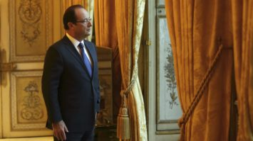 © Pool / Philippe Wojazer/ Maxppp, France, Paris, 2012/12/17 French President Francois Hollande works in his office during a photo session at the Elysee Palace in Paris, December 17, 2012.     (MaxPPP TagID: maxnewsworld989794.jpg) [Photo via MaxPPP]